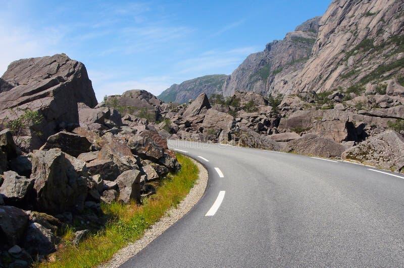 Bergweg tussen rotsen en reusachtige keien noorwegen stock afbeeldingen