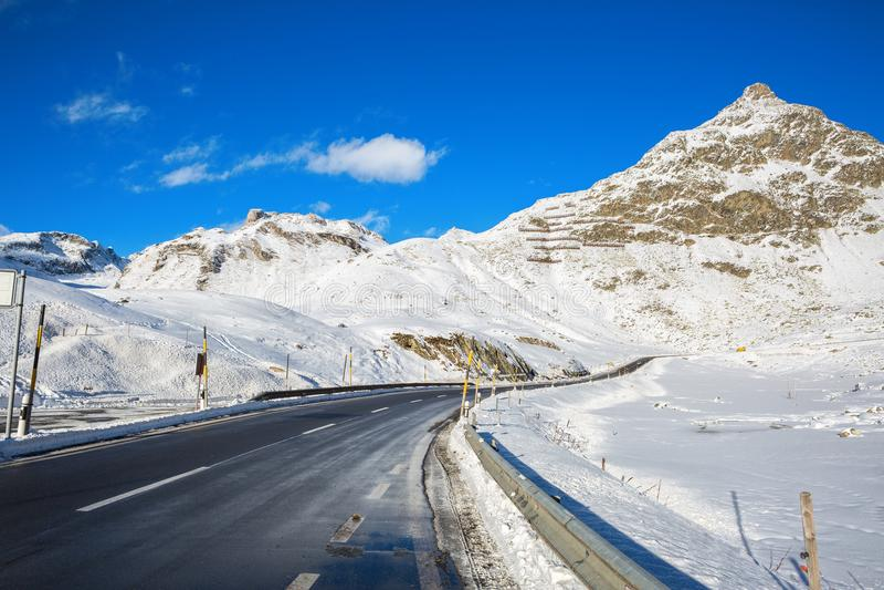 Bergweg in Zwitserse alpen bij zonnige de winterdag, Julier Pass, Graubunden, Zwitserland Julier Pass - bergpas in Switzerla stock foto