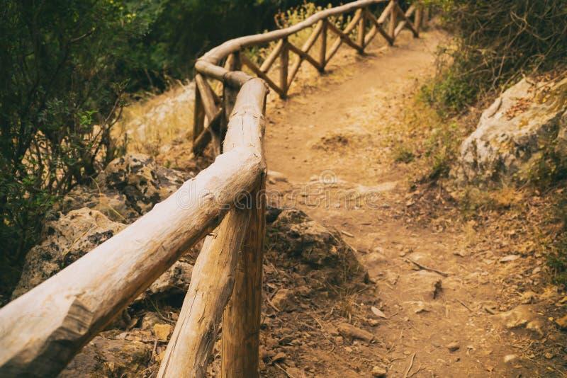Bergwegen: dag van wandelen in het panoramisch uitzicht, rust in de bergen, veiligheid toeristenspoor stock afbeeldingen