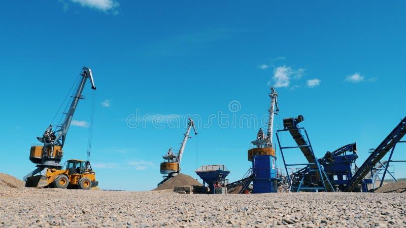 Bergwerksausrüstungsfunktion Arbeitsmaschinen auf einem Steinbruch, bewegende breakstones lizenzfreie stockfotos