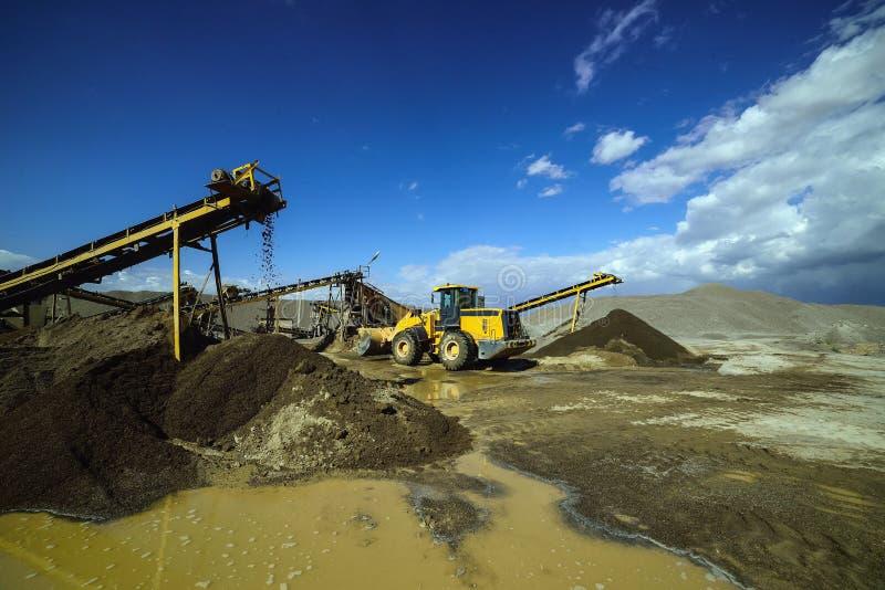 Bergwerksmaschine und Steinbruch-LKW gegen einen blauen Himmel stockfotos