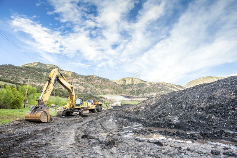 Bergwerksmaschinen, Kohle und Infrastruktur lizenzfreie stockfotos