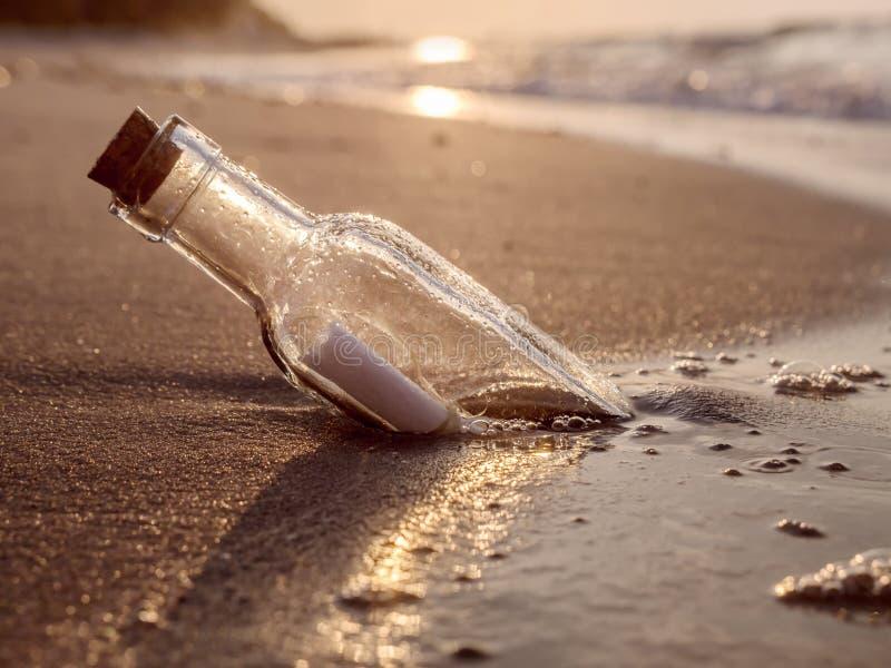Bericht in de fles stock afbeelding