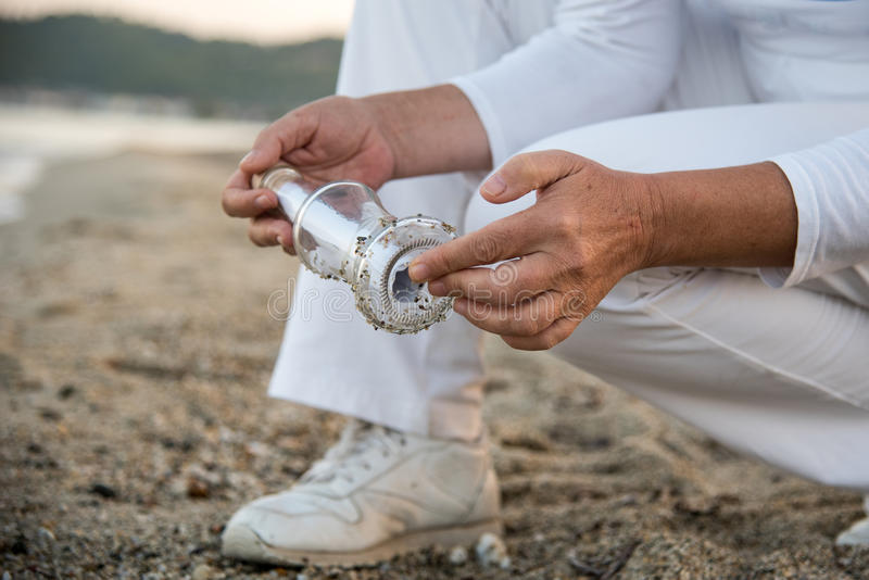 Bericht in de fles op het strand wordt gevonden dat royalty-vrije stock foto