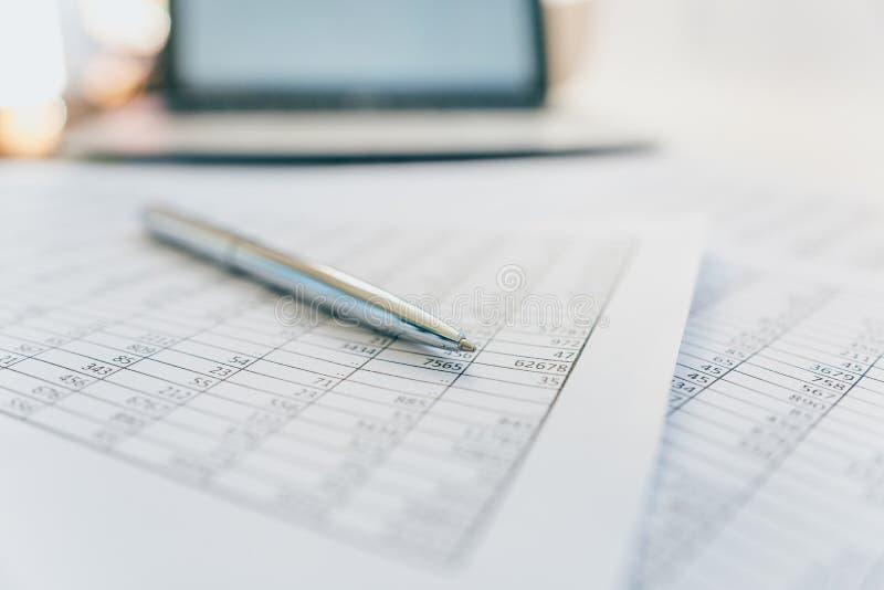 Berichte und Pläne auf dem Schreibtisch im Büro lizenzfreie stockfotografie