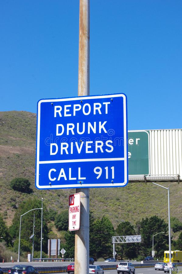 Berichten Sie über betrunkenen Treibern Straßenschild Vereinigte Staaten lizenzfreie stockfotografie