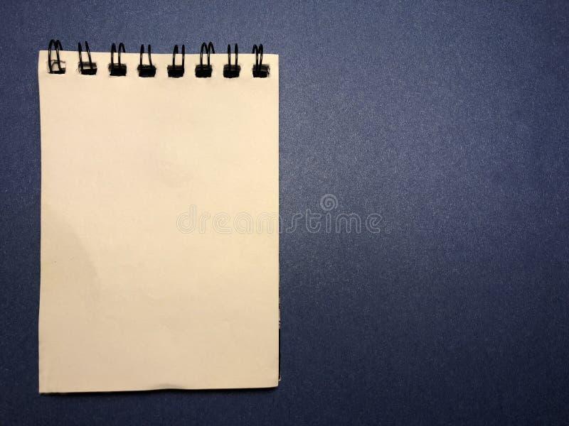 Berichtraad met notitieboekje op donkerblauwe achtergrond royalty-vrije stock foto's