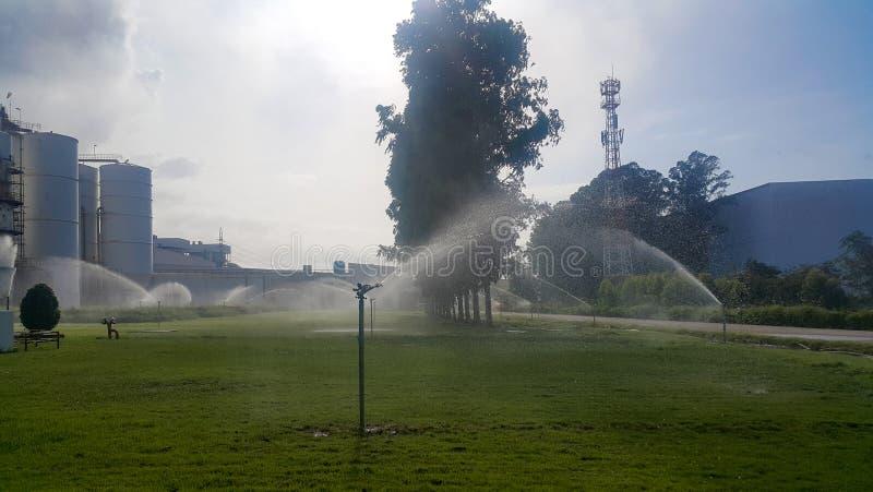 Berieselungsanlagenbewässerungsanlagen und -rasen stockbilder