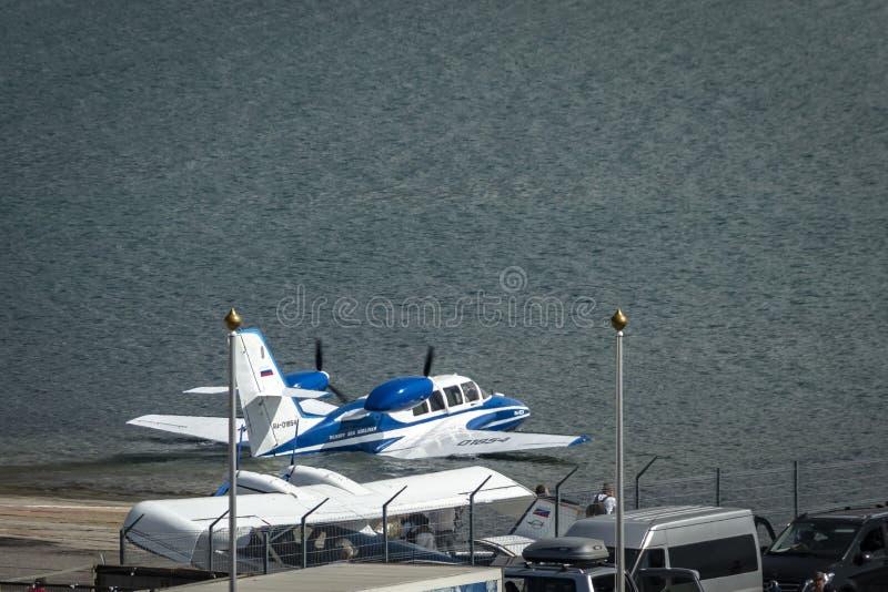 Beriev -103 amfibievliegtuig daalt op de hydrosfeer voor verdere start van de oppervlakte van de Zwarte Zee stock afbeelding