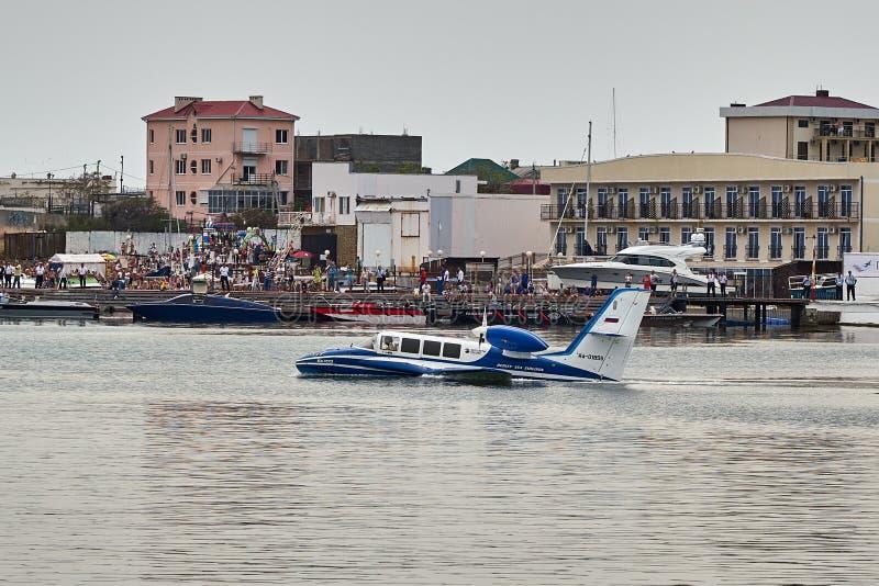 Beriev -103 amfibievliegtuig daalt op de hydrosfeer voor verdere start van de oppervlakte van de Zwarte Zee op Hydroaviasalon royalty-vrije stock fotografie
