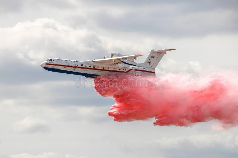 Beriev Be-200 падает вода в полете стоковое изображение