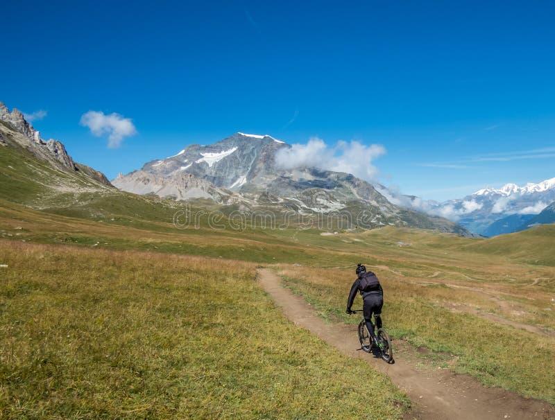 Berijdende bergfiets door bergen royalty-vrije stock afbeelding