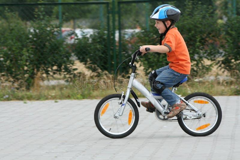 Berijdende fiets in een helm