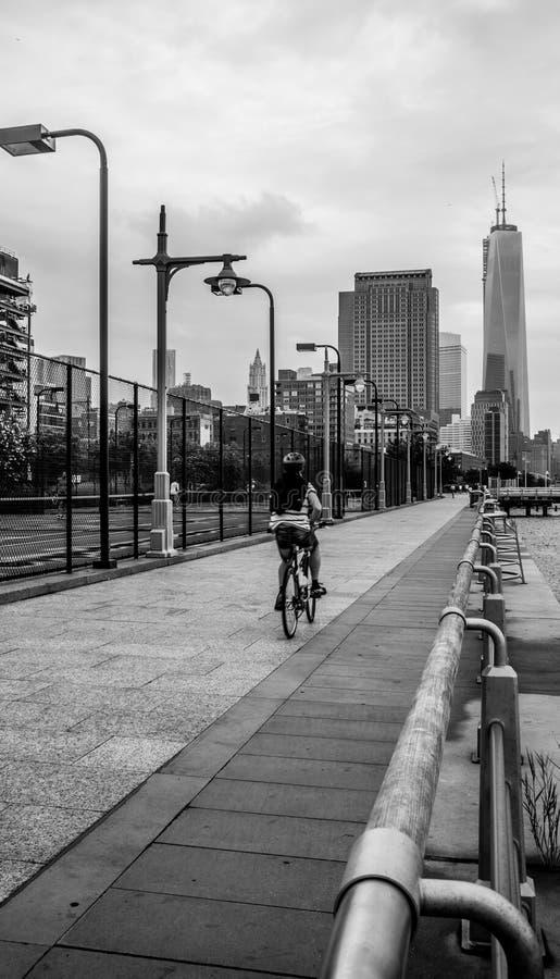 Berijdende fiets tegen Één World Trade Center Freedom Tower stock fotografie