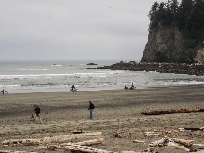 Berijdende fietsen op het strand royalty-vrije stock afbeelding