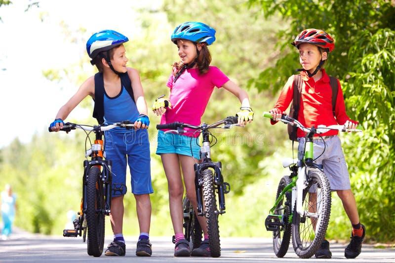 Berijdende fietsen samen royalty-vrije stock afbeeldingen
