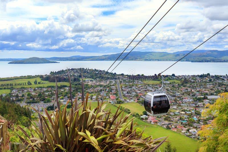 Berijdende gondels boven Rotorua, Nieuw Zeeland royalty-vrije stock foto