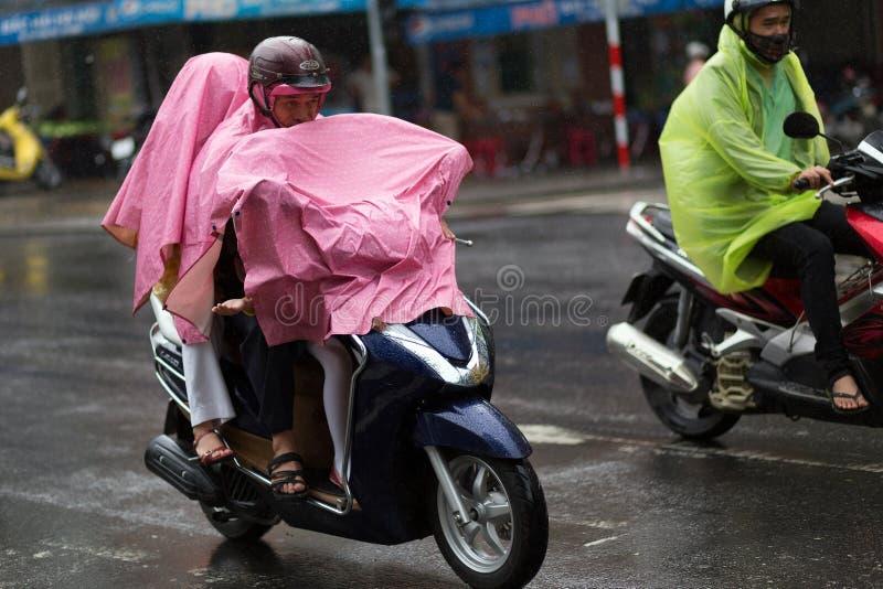 Berijdende motor onder zware regen stock foto's