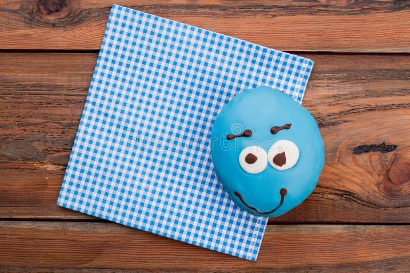 Berijpte blauwe doughnut op servet royalty-vrije stock fotografie