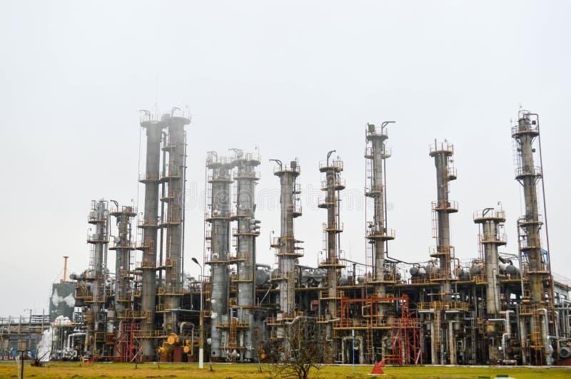 Beriktigandekolonner, gasavskiljandeenhet på oljeraffinaderiet royaltyfria foton
