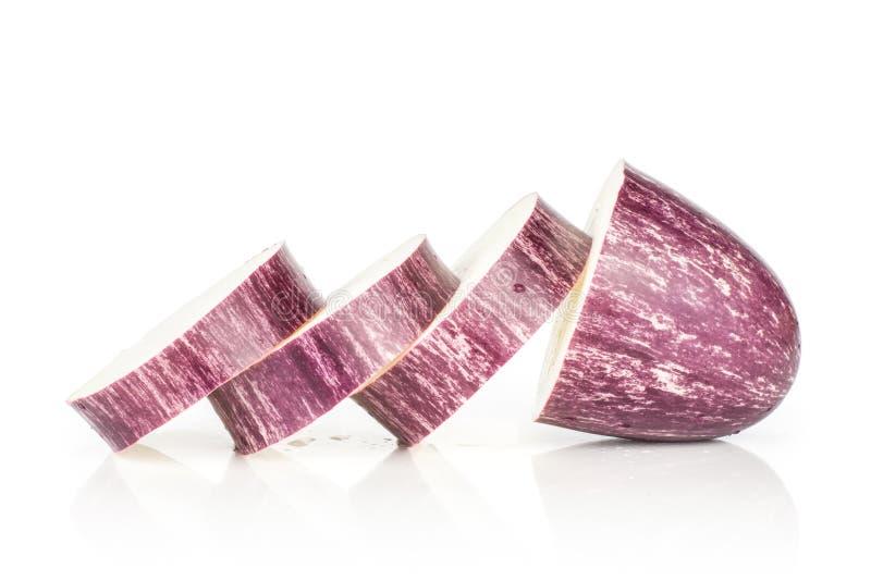 Beringela listrada roxa crua fresca isolada no branco imagem de stock