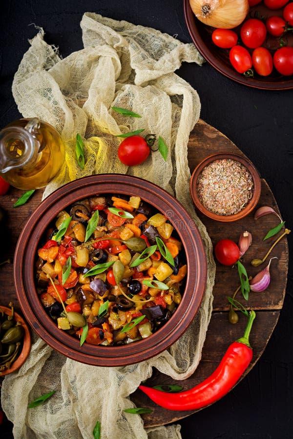 Beringela picante quente do caponata do guisado, abobrinha, pimenta doce, tomate, cenoura, cebola, azeitonas e alcaparras fotografia de stock