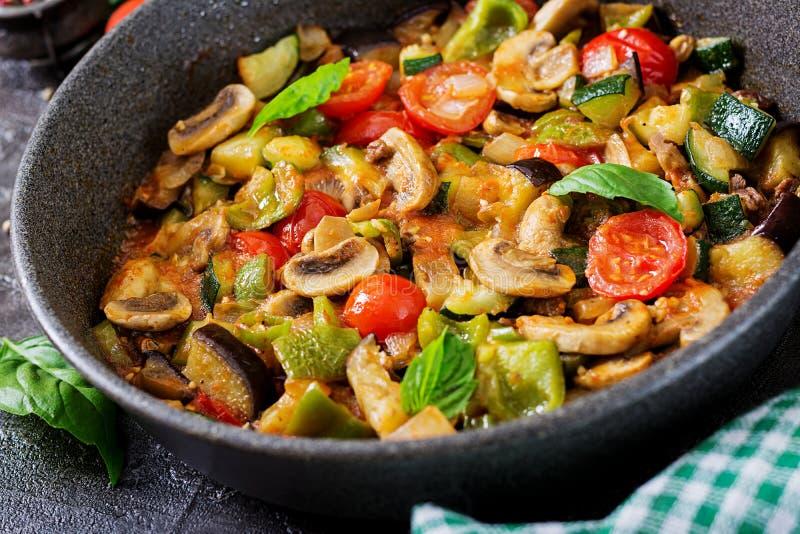 Beringela picante quente do guisado, pimenta doce, tomate, abobrinha e cogumelos imagem de stock royalty free