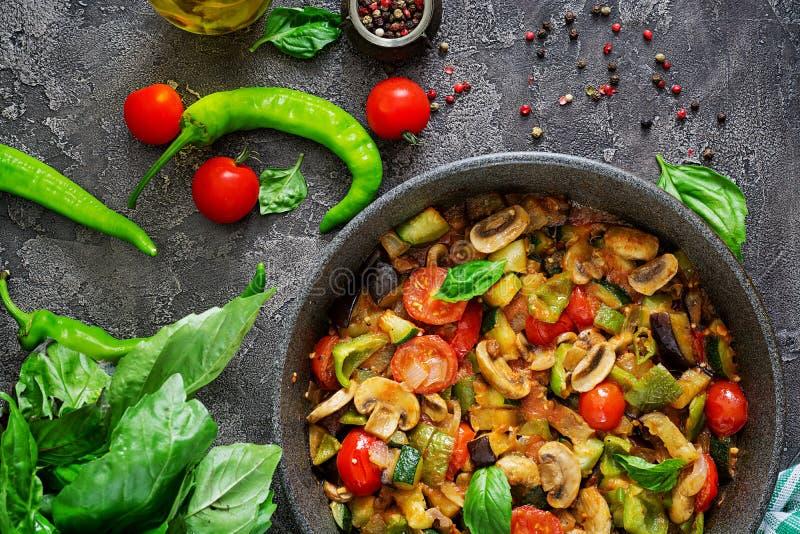 Beringela picante quente do guisado, pimenta doce, tomate, abobrinha e cogumelos fotos de stock royalty free