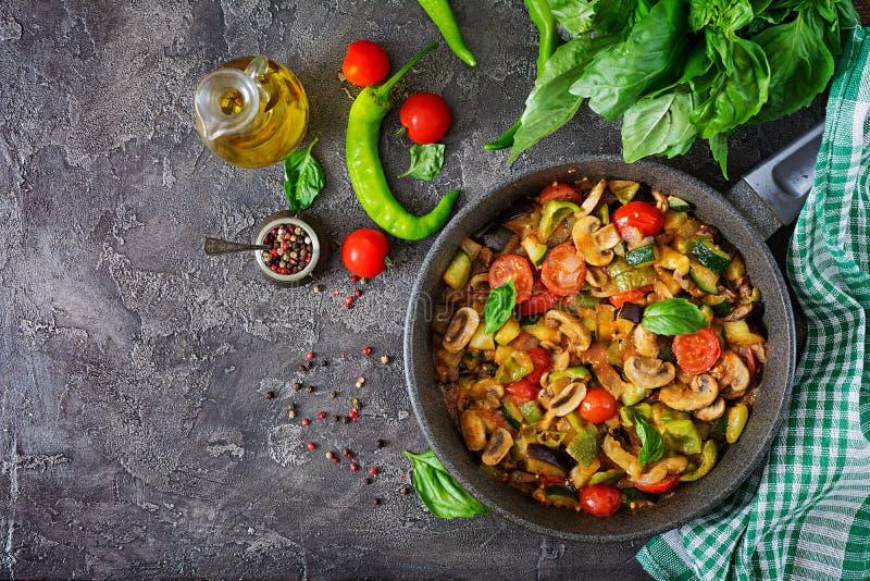 Beringela picante quente do guisado, pimenta doce, tomate, abobrinha e cogumelos imagem de stock