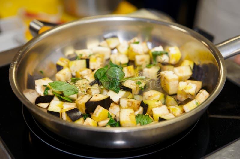 Download Beringela Que Está Sendo Cozinhada No Forno Foto de Stock - Imagem de saúde, comer: 26509080