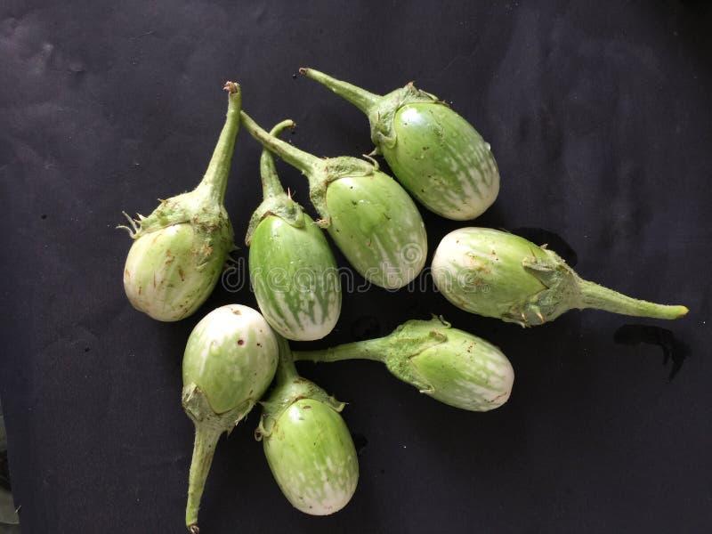 Beringelas indianas frescas prontas para cozinhar imagens de stock