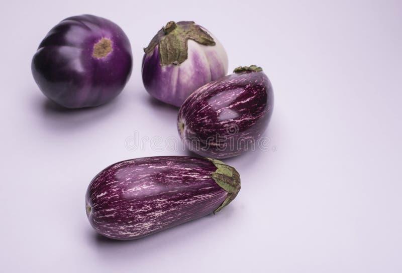 Beringelas maduras naturais frescas isoladas em um fundo branco foto de stock royalty free