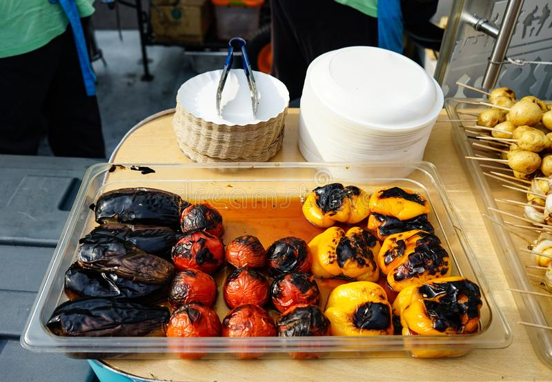 Beringelas, tomates e pimentas cozinhados na grade foto de stock royalty free