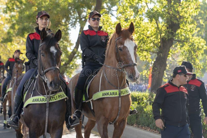Berittener Polizist und Polizeibeamtin stockbild