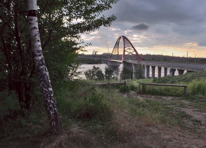 Berk en overspannen brug in Novosibirsk stock foto's
