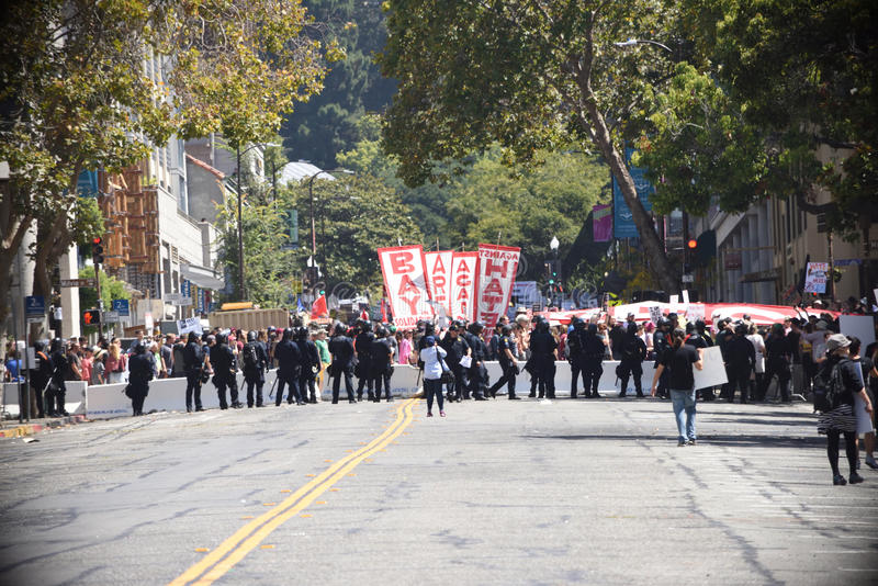 Berkeley Protests Against Fascism rasism och Donald Trump royaltyfri bild