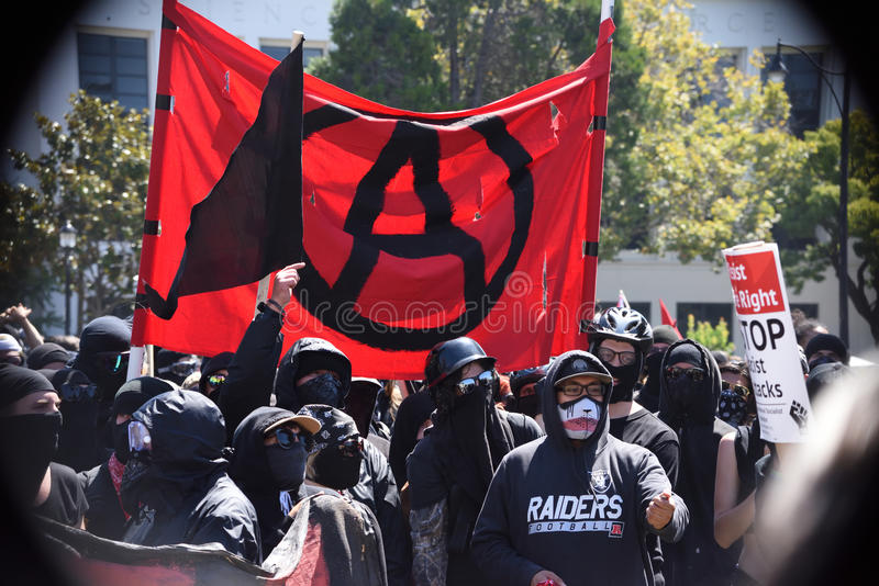 Berkeley Protests Against Fascism rasism och Donald Trump arkivfoton