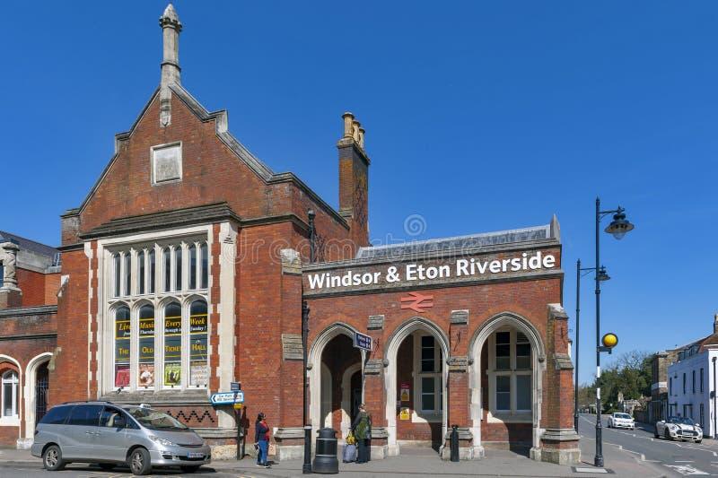 Berkshire UK - April 2018: Historisk byggnad av Windsor & den Eton flodstrandjärnvägsstationen i Berkshire, UK royaltyfria bilder