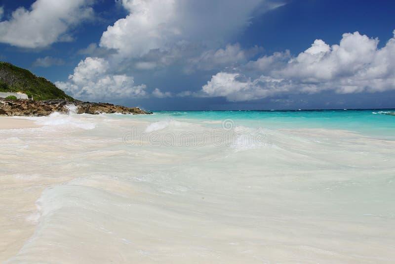 berkshires Τυρκουάζ νερό του Ατλαντικού Ωκεανού και του μπλε ουρανού Φανταστική άποψη σχετικά με την παραλία στοκ εικόνα με δικαίωμα ελεύθερης χρήσης