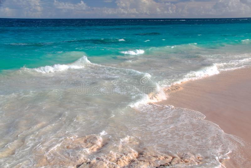 berkshires Τυρκουάζ νερό του Ατλαντικού Ωκεανού και του μπλε ουρανού Φανταστική άποψη σχετικά με την παραλία στοκ φωτογραφία