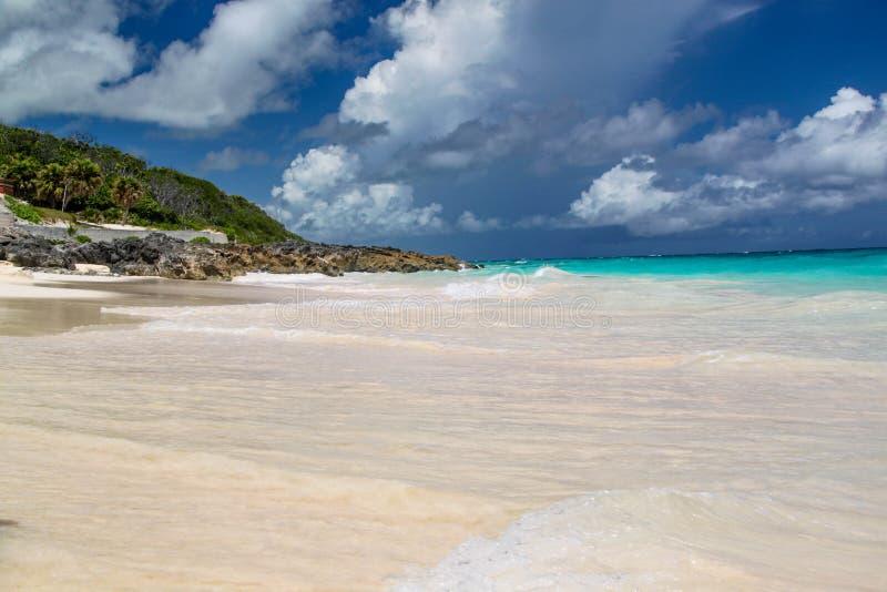 berkshires Τυρκουάζ νερό του Ατλαντικού Ωκεανού και του μπλε ουρανού Φανταστική άποψη σχετικά με την παραλία στοκ εικόνες με δικαίωμα ελεύθερης χρήσης