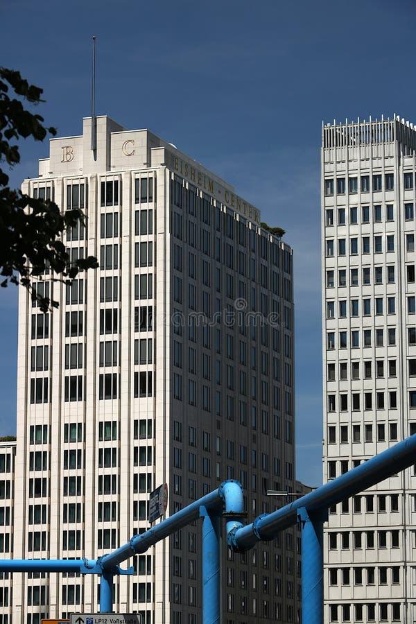 berkshires 06/14/2018 Skyskrapor p? Potsdamer Platz I förgrunden ett blått rör royaltyfria bilder