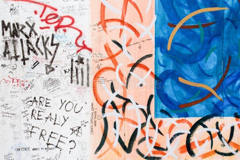 BERLÍN, ALEMANIA/CIRCA octubre de 2013 - pintada vista en el muro de Berlín libre illustration