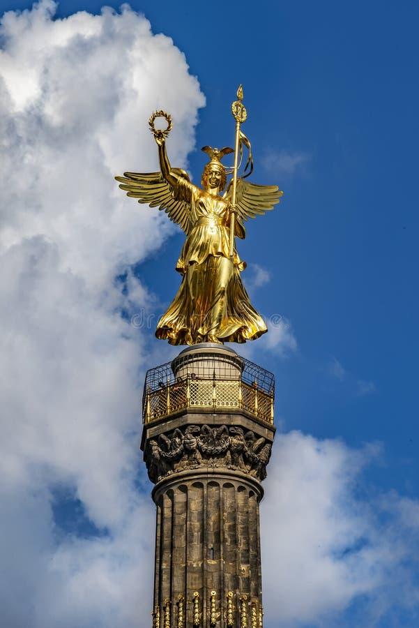 Berlín Alemania Columna de la victoria fotografiada desde un punto de vista bajo El fondo un cielo suave azul nublado fotografía de archivo libre de regalías