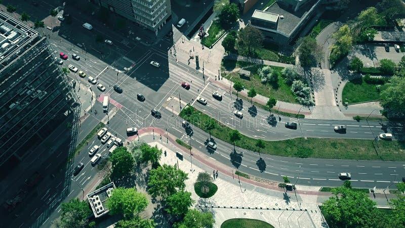 BERLÍN, ALEMANIA - 30 DE ABRIL DE 2018 Abajo vista aérea del tráfico por carretera de la ciudad imagen de archivo