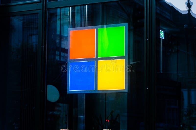 Berlín, Alemania - 16 de agosto de 2018: Logotipo de Microsoft en la tienda i fotografía de archivo