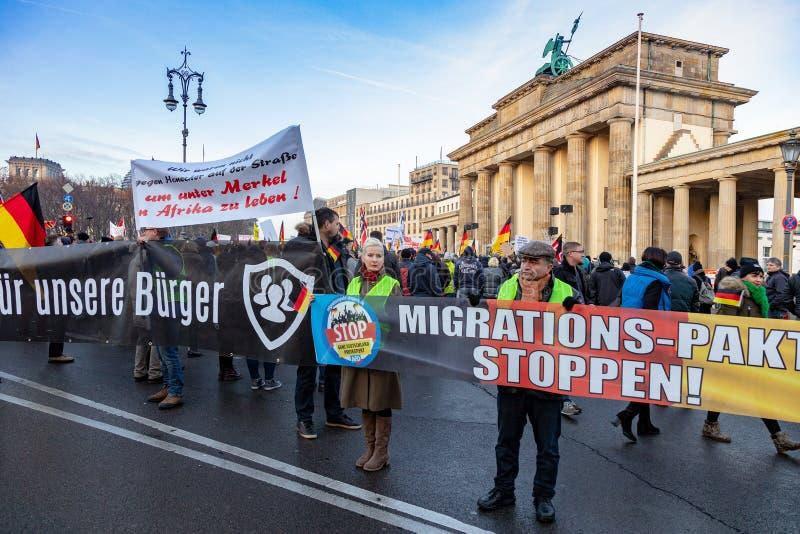 BERLÍN, ALEMANIA - 1 DE DICIEMBRE DE 2018: demostración de la Anti-inmigración, la puerta de Brandeburgo, Berlín, Alemania foto de archivo libre de regalías