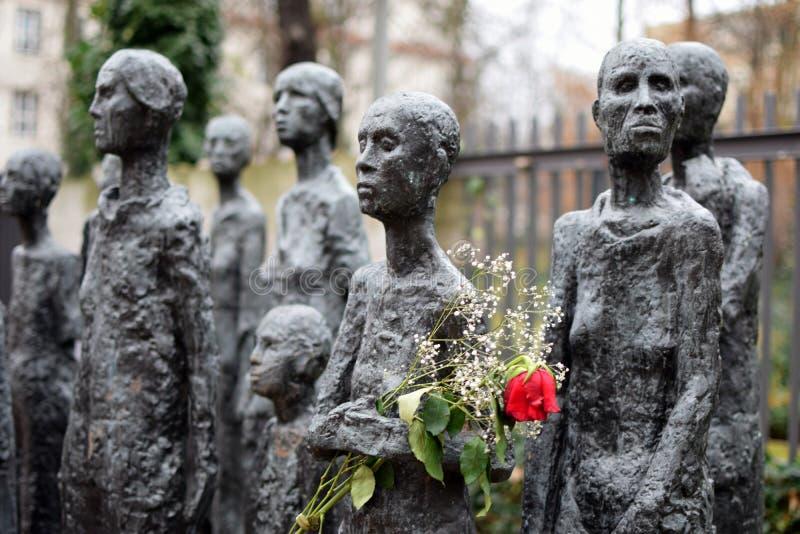 BERLÍN, ALEMANIA - 16 de diciembre de 2017: Las víctimas judías del ` de la escultura del ` s de Lammert del ` del fascismo delan foto de archivo libre de regalías