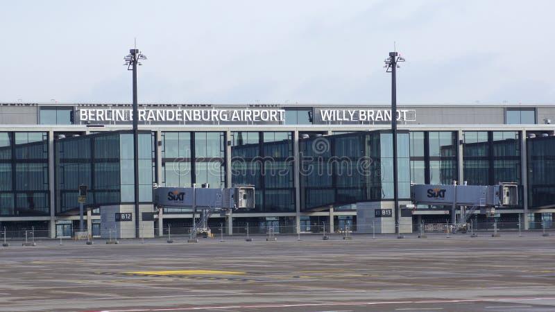 BERLÍN, ALEMANIA - 17 de enero de 2015: AZUFAIFAS de Berlin Brandenburg Airport, aún bajo construcción, terminal vacía imágenes de archivo libres de regalías