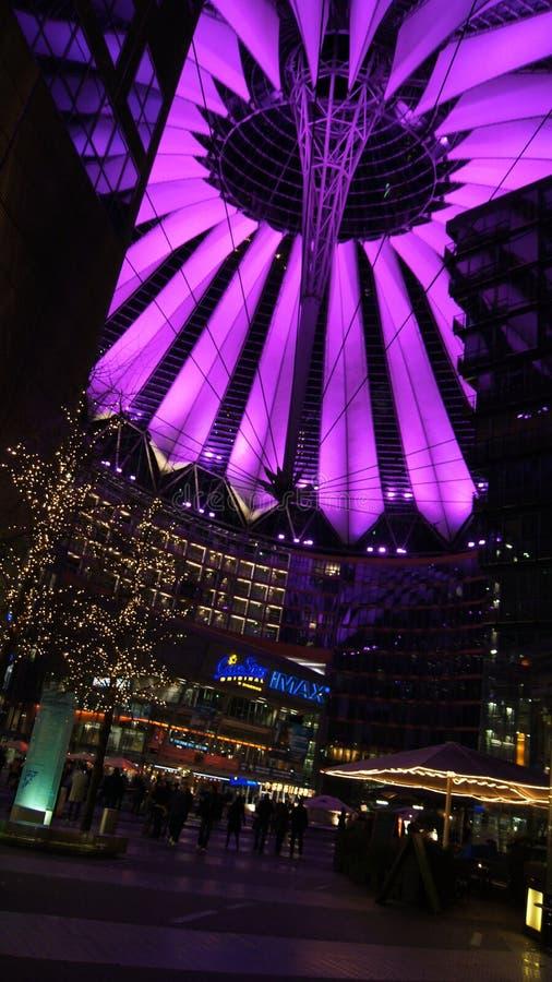 BERLÍN, ALEMANIA - 17 de enero de 2015: Ciérrese para arriba de la estructura de tejado encendida rosa de Sony Center en la noche fotografía de archivo libre de regalías
